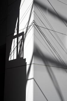 屋外からの抽象的な昼間の影