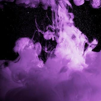 暗闇の中で抽象的な濃い紫色の霧