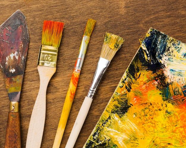 キャンバスと汚れたブラシに抽象的な描画