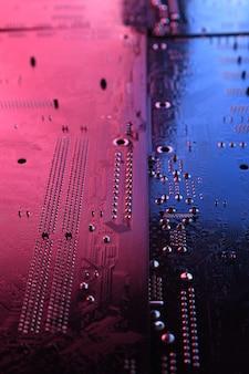 抽象的な電子回路基板、コンピューターのマザーボードのラインとコンポーネント、美しい赤と青の色。