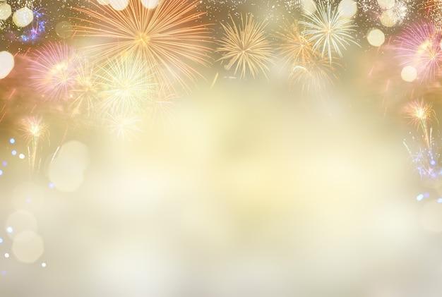 Абстрактный праздничный зимний боке фон с красочными фейерверками и огнями боке