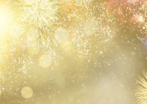 Абстрактный праздничный зимний боке фон с фейерверками и огнями боке на золоте