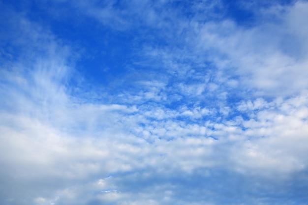 青空の背景に抽象的なふわふわの雲。