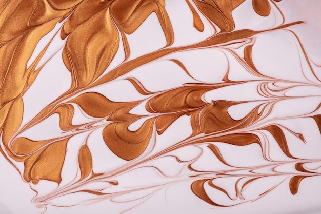 Абстрактное искусство жидкого фона бронзового и белого цветов.