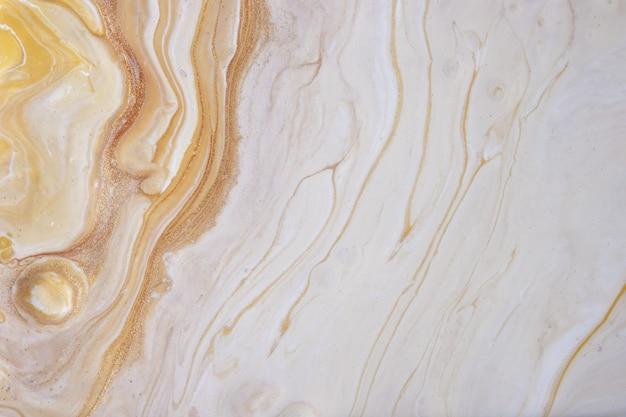 Абстрактное искусство жидкого фона светло-бежевого и золотого цветов