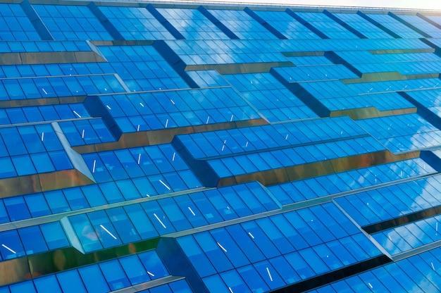 オフィス用のガラスのファサードを備えたモダンな建物の抽象的な断片。