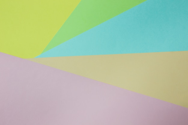 抽象的な幾何学的な紙の背景。グリーン、イエロー、ピンク、オレンジ、ブルーのトレンドカラー。コンセプトやアイデア