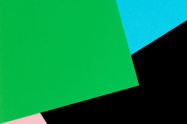 추상적 인 기하학적 모양 밝은 파란색, 녹색, 파스텔 핑크와 검은 색 종이