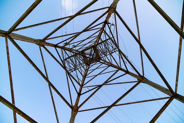 Абстрактная геометрическая форма пирамиды электрической башни.
