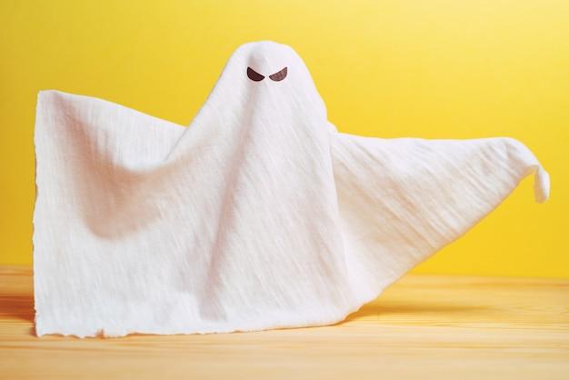 布ぼろきれからの意地悪な表情の抽象的な幽霊が怖い。ハロウィーンの休日。