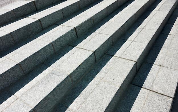 Абстрактная гранитная лестница - архитектурный фон с диагональными линиями