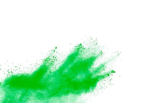 Абстрактный зеленый взрыв порошка на белом фоне.