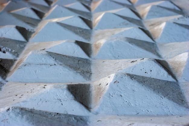 Абстрактный фон гранж. бетонные граненые геометрические фигуры уходящей вдаль пирамиды.