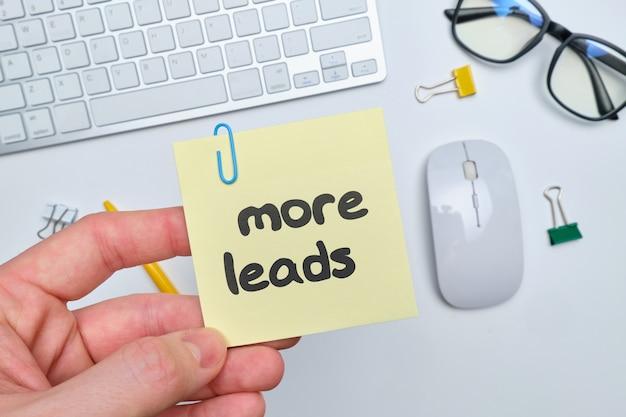광고 및 판매를 홍보하기위한 개념으로 더 많은 핸드 레터링 추상 리드.