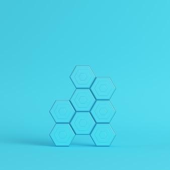 Абстрактные шестиугольники на ярко-синем фоне в пастельных тонах