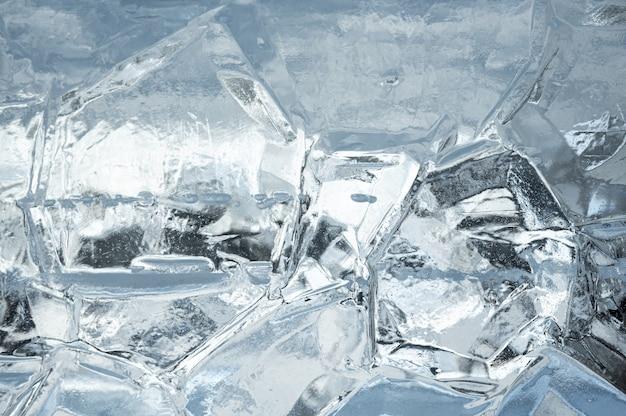 抽象的な氷の背景。氷の表面に亀裂のある青い背景。氷の背景のテクスチャ。