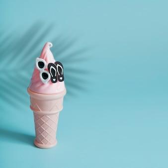 メガネとスレートとヤシの木の影で抽象的なアイスクリーム。休暇と夏の料理のコンセプト