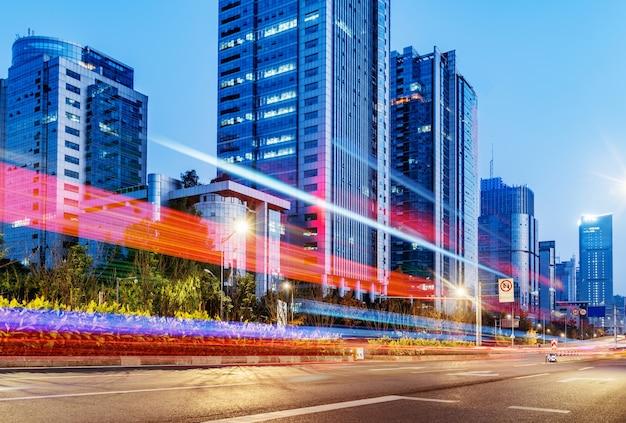 밤에 도시 도로에 자동차의 블러 모션의 추상적 인 이미지