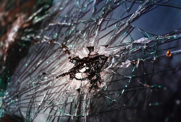 割れたガラスの質感の抽象的なイメージ。クローズアップ壊れた車のフロントガラス。壊れて破損した車