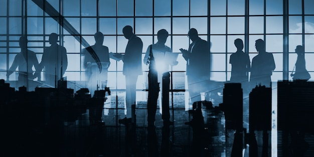Абстрактное изображение силуэта деловых людей на стеклянном окне