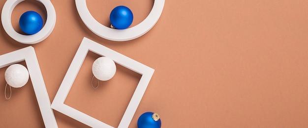 Абстрактное изображение геометрических фигур, елочных украшений и подарков. баннер. плоская планировка, вид сверху.