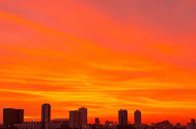 背景のオレンジ色の劇的な空の抽象的なイメージ。