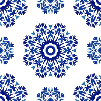 추상 남색과 흰색 손으로 그린 타일은 매끄러운 장식용 수채화 페인트 패턴입니다. 패브릭 및 월페이퍼, 배경 및 페이지 채우기를 위한 우아한 꽃 타일 텍스처입니다.
