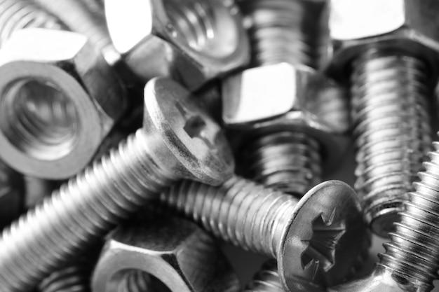 많은 금속 너트와 볼트가 있는 추상 산업 질감 금속 배경
