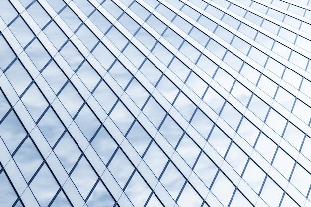 추상 밝은 파란색 건축 질감, 유리 및 금속 건물 벽