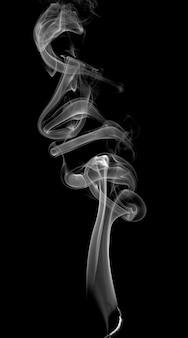 暗い背景に抽象的な明るい煙