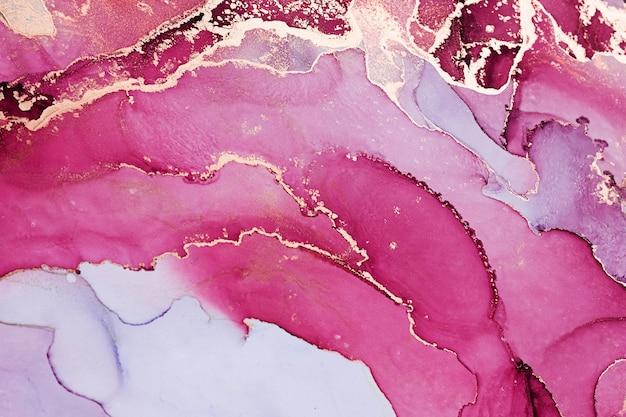 Абстрактный фон жидкой туши в розовых тонах с золотыми вкраплениями