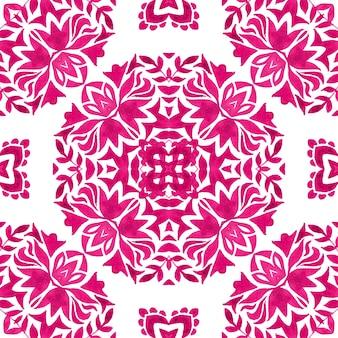 추상 마젠타색과 흰색 손으로 그린 타일은 매끄러운 장식용 손으로 그린 수채화 페인트 패턴입니다. 패브릭 및 월페이퍼, 배경 및 페이지 채우기를 위한 꽃 아줄레호 타일 디자인.