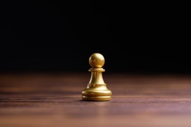 チェスのポーンの形をした抽象的な男。