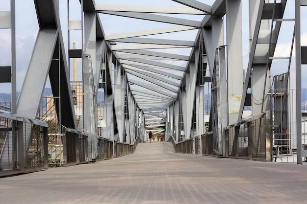 スペインのバルセロナで展望される抽象的な金属製の橋の構造。