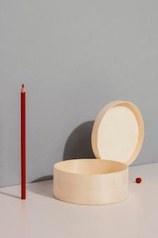 Scatola e matita astratte di concetto minimo