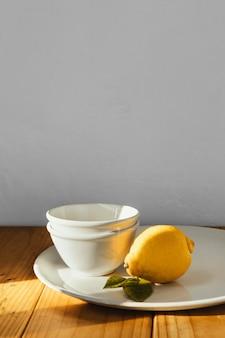 Limone e piastre di concetto minimo astratto