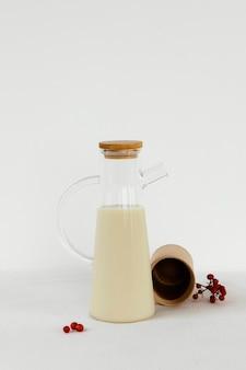 우유와 함께 추상 최소한의 부엌 개체 용기