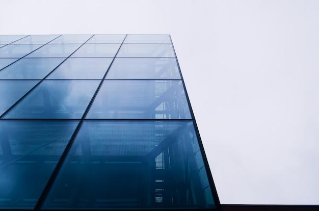 空を背景に抽象的な近代建築