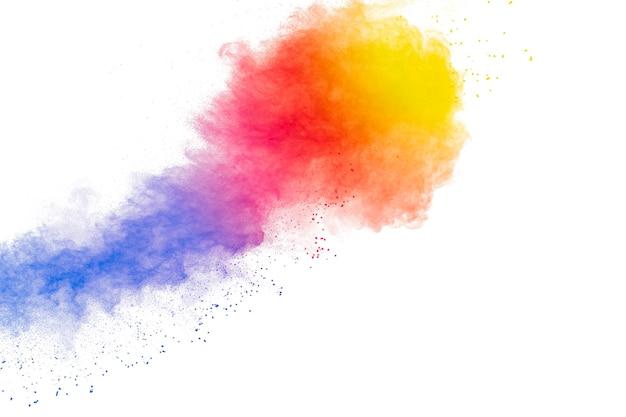 白い背景の上の抽象的なマルチカラー粉塵爆発。カラフルなダスト粒子スプラッシュのフリーズモーション。