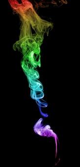 暗い背景に抽象的な色とりどりの煙