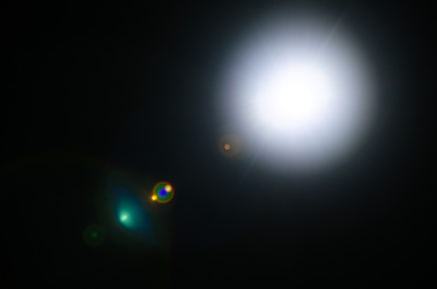 黒の背景に抽象的な自然の太陽フレアまたは遠い星-画像