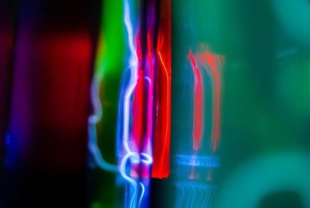 Абстрактный неоновый фон молния и светящиеся электрические разряды в колбах с инертным газом