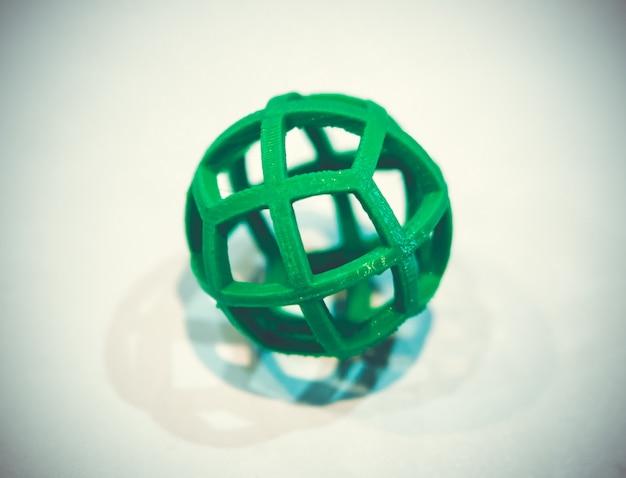 흰색 배경에 3d 프린터로 인쇄된 녹색 색상의 추상 개체입니다. 융합 증착 모델링, fdm. 진보적인 현대적 적층 기술. 4.0 산업혁명의 개념