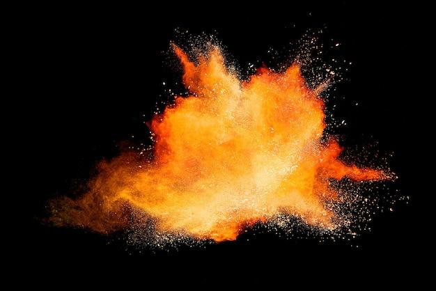 抽象的なオレンジ色の粉の爆発