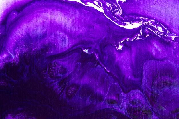 流動アクリル技法で描かれた抽象絵画。デスクトップ用の創造的なデザインの壁紙。紫、白、ピンクのカラフルな水の汚れ、暗い背景のグラデーションで描きます。現代美術のコンセプトです。