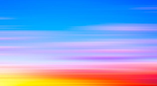 Абстрактный панорамный пейзаж яркого размытого восхода солнца на закате