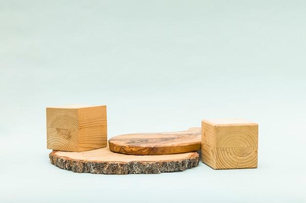 木製の幾何学的な形と表彰台と抽象的なパステル背景。