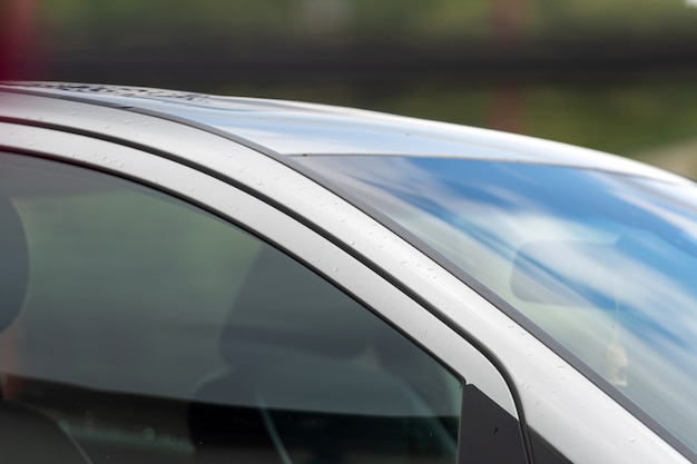 反射と焦点ぼけの背景を持つ車体の部分的なクローズアップと抽象的なパターン