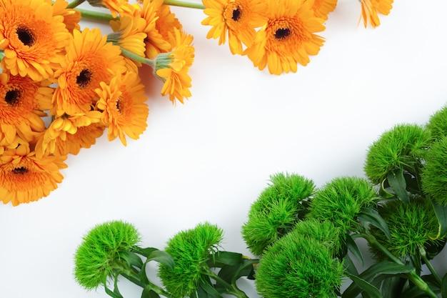 白い背景の上のオレンジと緑の花のフレームと抽象的なパターン。インド独立記念日の背景。