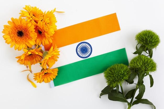 白い背景の上のオレンジと緑の花のフレームと抽象的なパターン。インド独立記念日のコンセプト